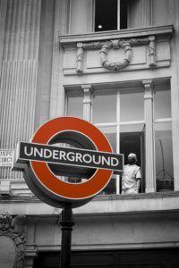 Un panneau indiquant le métro londonien.